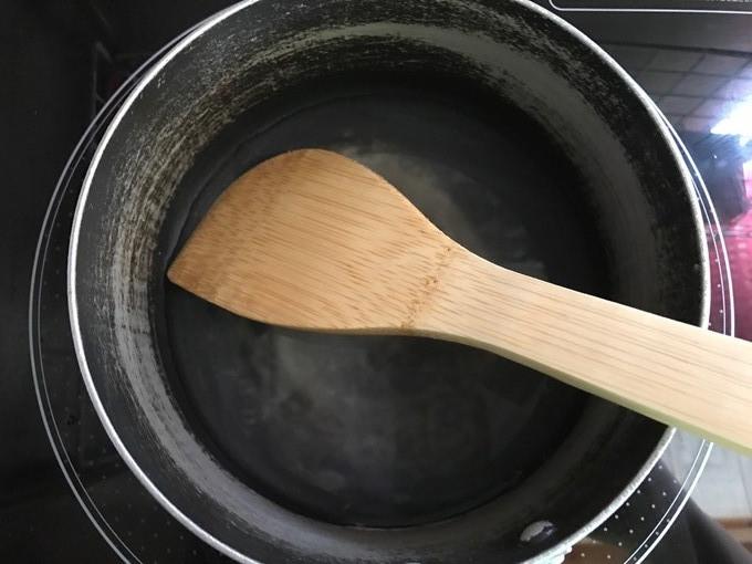 水を鍋に入れ火に
