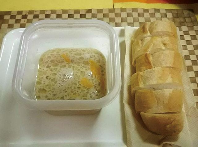フランスパンと卵液